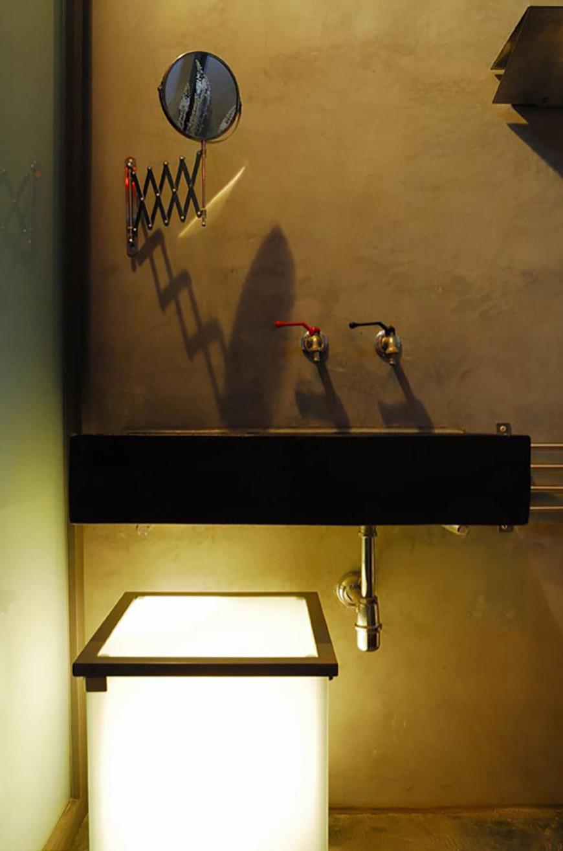 """Studio Talent:Nella soleggiata e tranquilla campagna di Latiano in Puglia tra mandorli e fichi d'india sorge il trullo dei """"Galli"""" dove, ad una ristrutturazione filologica e conservativa del trullo si è aggiunto un volume radicalmente diverso con linee rigorose studiate per non entrare in competizione ma a sottolineare la volontà di rispettare la storia e la tradizione (con M. Macciocchi e G. Pimpini)."""