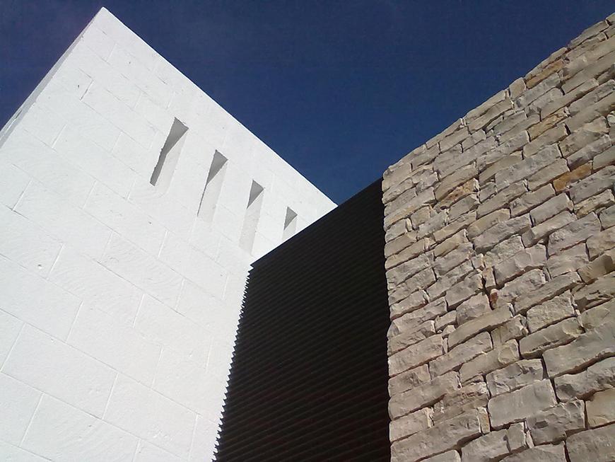 Studio Talent: Centro convegni in un villaggio turistico degli anni 70 sulla costa pugliese. All'esterno tufo imbiancato a calce e pietra locale ne definiscono i volumi. All'interno lo spazio diviene funzione e tecnologia.