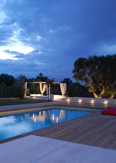 """Studio Talent:Riqualificazione di una classica piscina preesistente che diviene un'""""isola"""" nel verde del rigoglioso giardino intorno al complesso di trulli nella campagna di Ceglie M.ca."""