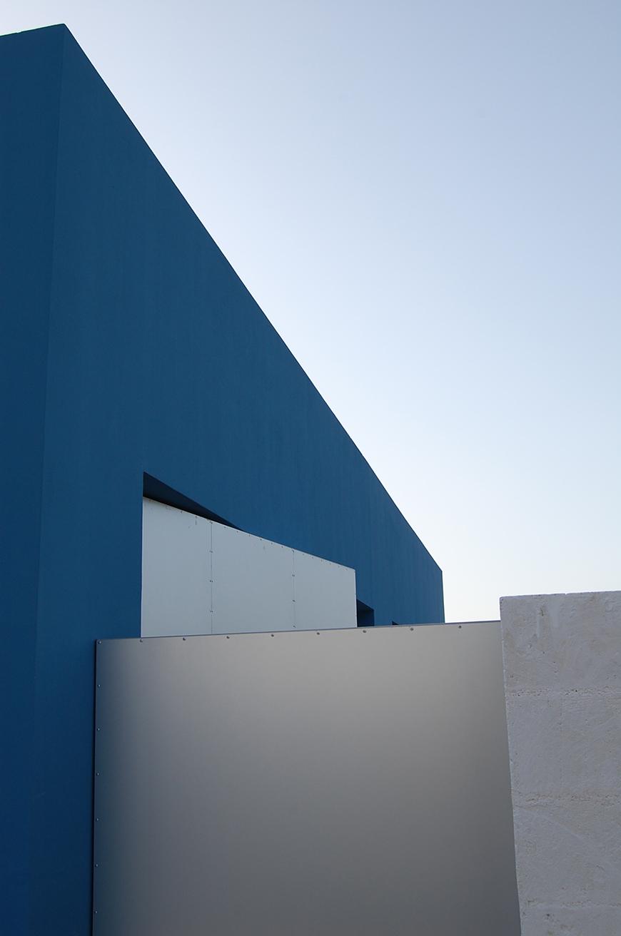 Studio Talent: Un B&B nella campagna ostunese si affaccia sulla piana degli ulivi e sul centro storico. Pareti in tufo bianco calce circondano giardini tematici mente un volume azzurro, che si confonde con il cielo, avvolge le camere della struttura ricettiva. Lo sfioro della piscina simula e doppia la linea d'orizzonte segnata dal mare.