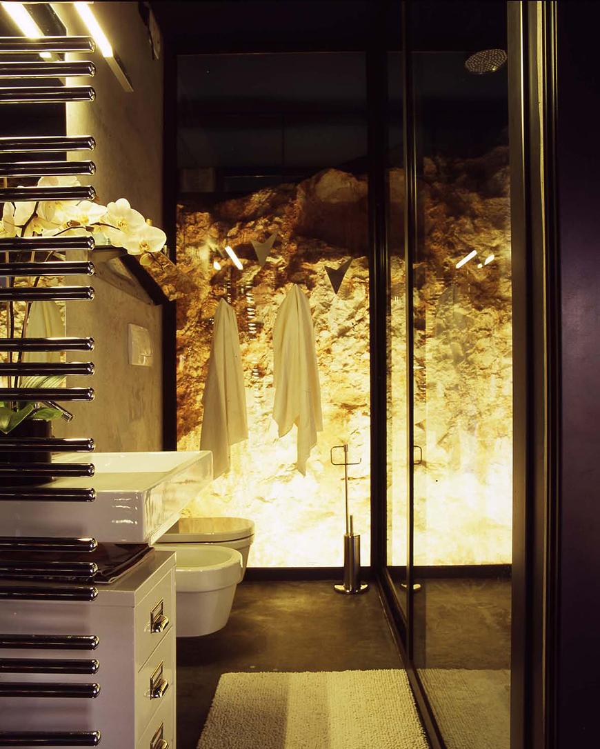 Studio Talent: Questa abitazione si inserisce nella spettacolare valle degli ulivi di Ostuni. Un volume insolito, nato dalla riqualificazione di una grande cisterna per la raccolta dell'acqua piovana, caratteristica delle zone agricole pugliesi, si presenta ora come un parallelepipedo bianco incastrato nella roccia scoscesa. L'interno appare come una scatola rettangolare con pareti di cristallo che lasciano vedere la roccia che le circonda (con M. Macciocchi).