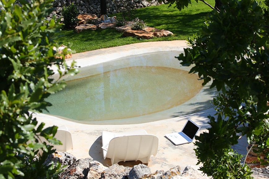 Studio Talent:Una depressione naturale del terreno roccioso affianco ad un trullo nella campagna di Cisternino diviene una affascinante ed insolita piccola piscina.