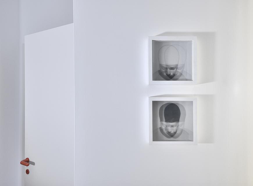 studio talent In una palazzina degli anni '80, un appartamento con l'impianto distributivo tipico del periodo d'origine (corridoio centrale e camere sui due lati) prende nuova vita grazie ad un gioco di grafica e design.