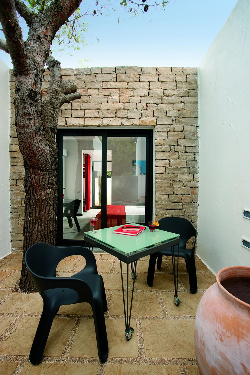 Studio Talent: Riqualificazione architettonica di un villaggio turistico degli anni 70 sulla costa pugliese. Tufo imbiancato a calce e pietra locale caratterizzano l'intero intervento.