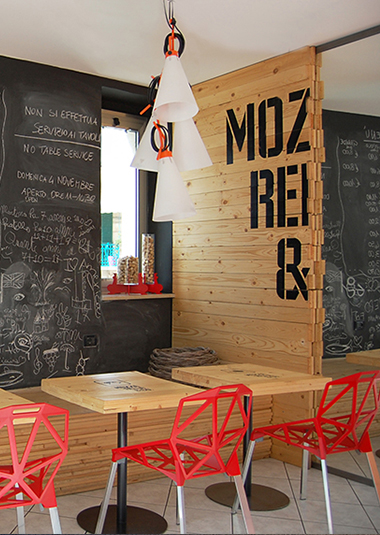 """Studio Talent: All'ombra dell'obelisco di S.Oronzo nella piazza centrale di Ostuni il concept store """"MOZZARELLA&CO."""" è basato sulla semplicità dei materiali utilizzati e sulla comunicazione."""
