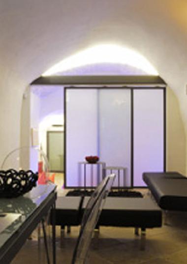 Studio Talent:Nel cuore del centro storico di Ostuni questa piccola casa è il risultato della ristrutturazione di un antico deposito a volta. La funzionalità abitativa e distributiva è stata modulata da una serie di ampi pannelli scorrevoli in metallo e vetro (con M. Macciocchi)