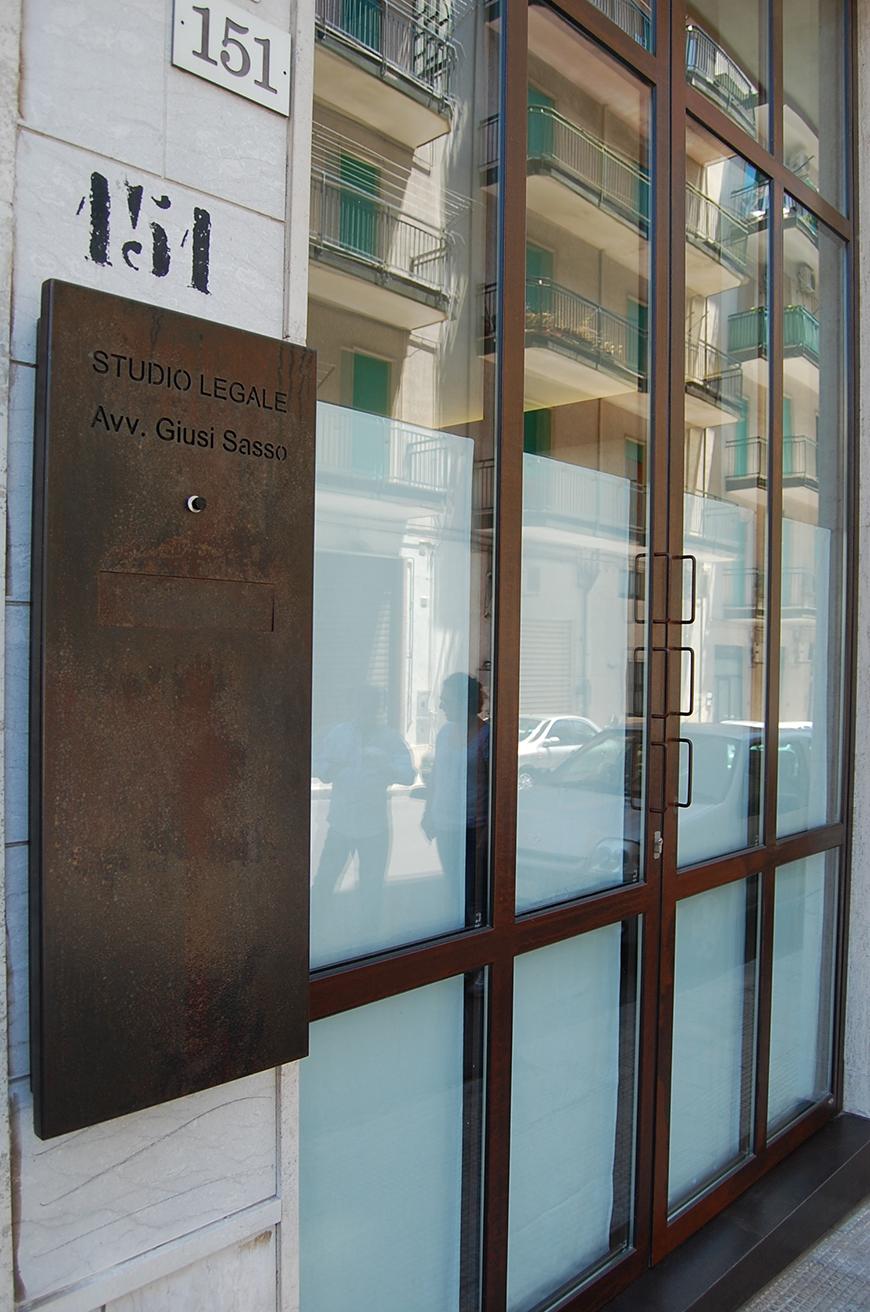 Studio Talent: CorTen e vetro sono i materiali che segnano lo spazio di questo piccolo studio legale nel centro urbano di Ostuni .