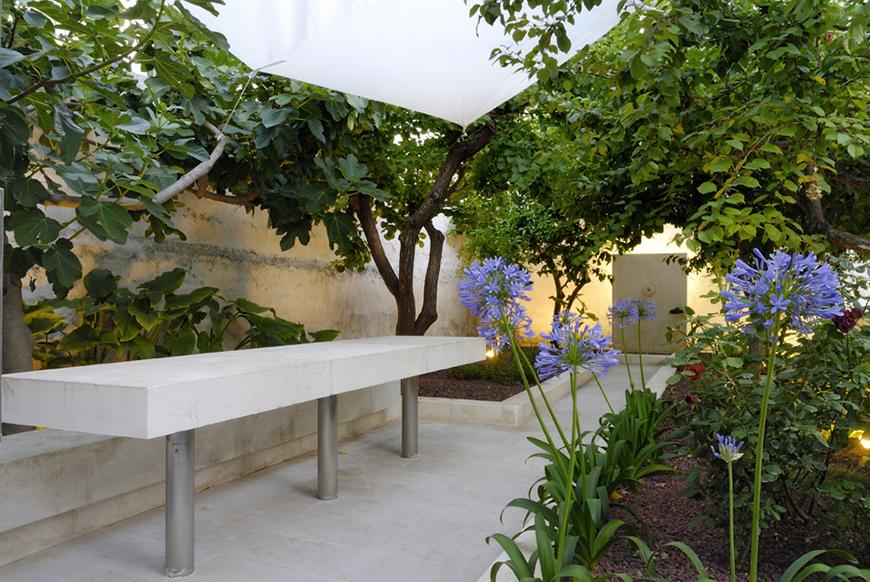 Studio Talent: Un palazzotto dell'ottocento con giardino a corte, intercluso tra le bianche case dell'agglomerato storico di Ostuni, diviene un'insolita dimora su quattro livelli (con D. Parisio).