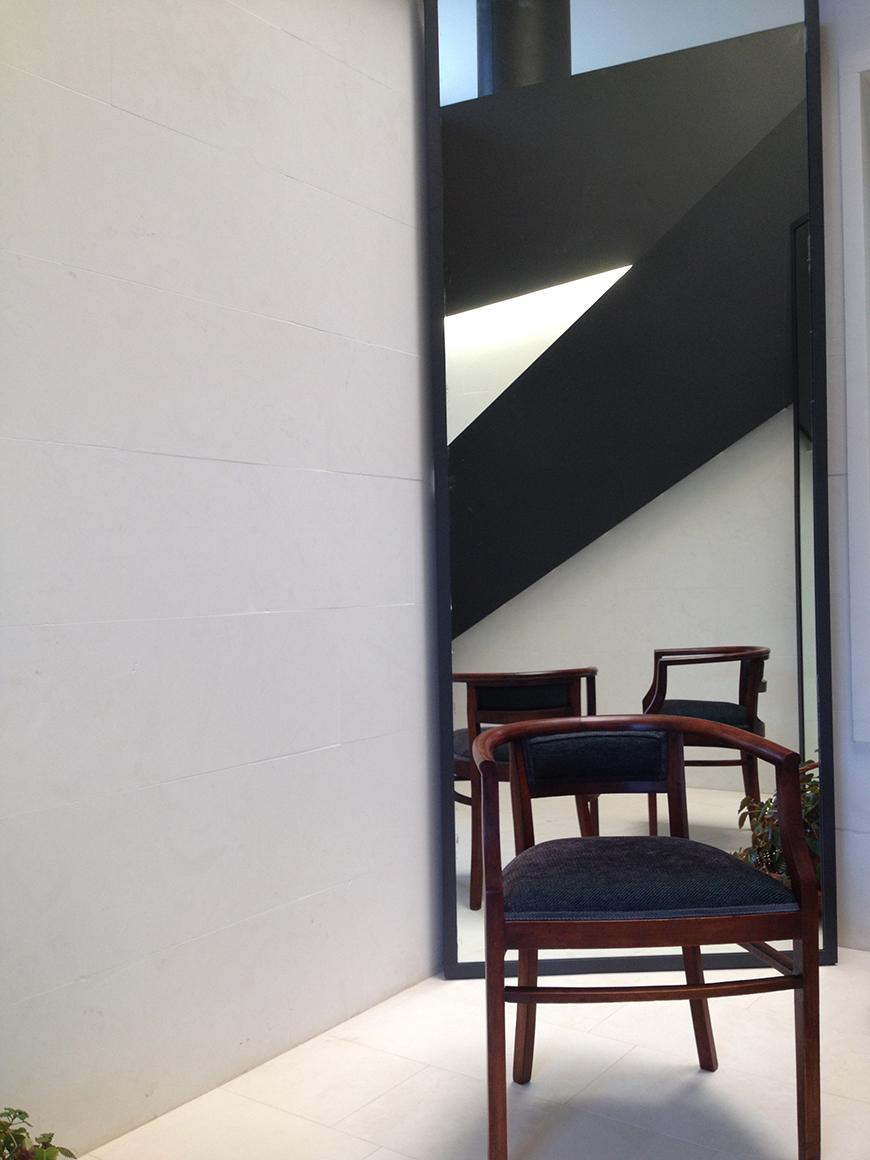 Studio Talent: L'ingresso e la scala di una villa residenziale diventano, con un gioco di luci e pannelli in metallo, il fulcro distributivo dell'intera casa.