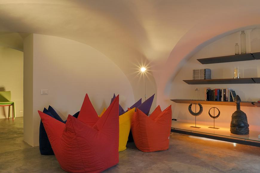 Studio Talent: Il recupero di un'antica soffitta in un palazzotto dell'800 diviene una singolare casa dalle basse volte. Ristrutturazione rigorosa con materiali e finiture dell'epoca (intonaco bianco calce per le pareti e coccio pesto per i pavimenti). La funzionalità abitativa e distributiva è stata modulata da una serie di ampi pannelli in metallo e specchio che suddividono e dilatano lo spazio (con M. Macciocchi).