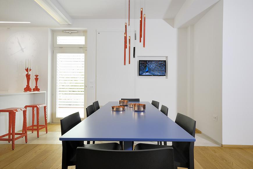 Studio Talent:Un attento lavoro di interior design ha trasformato i tre livelli di questa abitazione nel nuovo centro urbano di Ostuni. Elementi insoliti e sorprendenti definiscono gli spazi. (con D. Parisio)