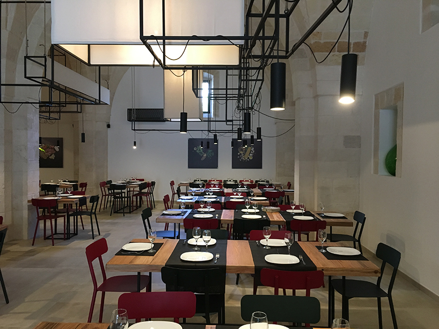 Un antico magazzino di cereali e legumi caratterizzato da alte e ampie volte in pietra diviene il ristorante pizzeria